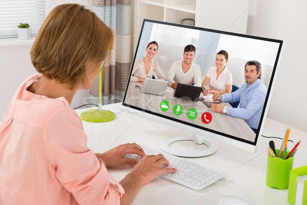 Stok fotoğraf: Kadın · bilgisayar · genç · kadın · arkadaşları · büro · toplantı