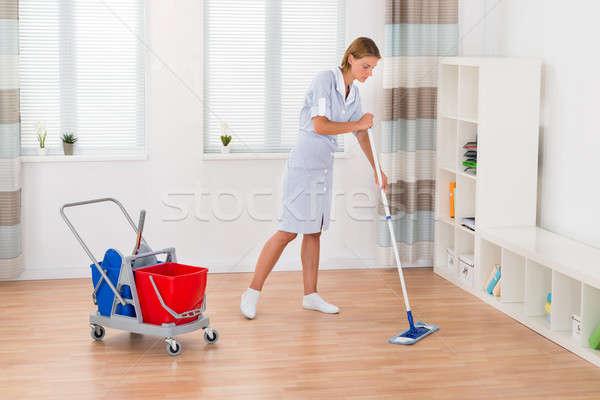 Női házvezetőnő takarítás padló fiatal fal Stock fotó © AndreyPopov