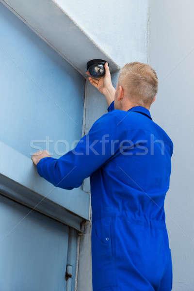 Technikus installál kamera sarok közelkép fiatal Stock fotó © AndreyPopov
