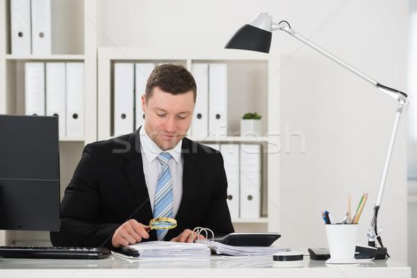 Księgowy rachunek lupą mężczyzna biurko biuro Zdjęcia stock © AndreyPopov
