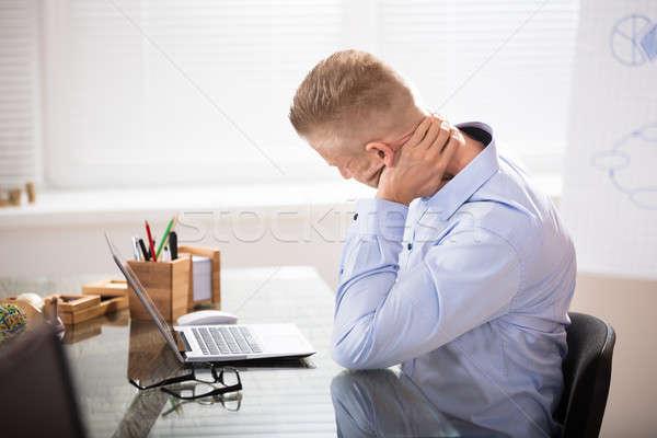 Zdjęcia stock: Biznesmen · ból · szyi · posiedzenia · biurko · laptop · biuro