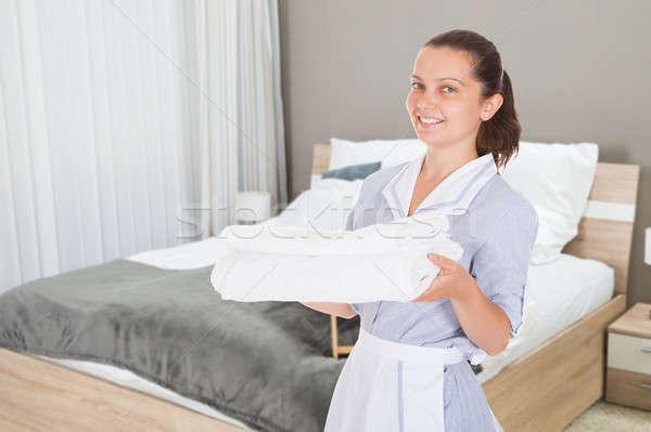 Portrait hôtel soubrette propre serviettes Photo stock © AndreyPopov