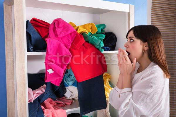 женщину глядя одежды шельфа вид сбоку Сток-фото © AndreyPopov