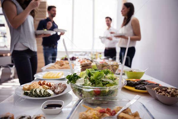 Primo piano alimenti freschi tavola party uomo Foto d'archivio © AndreyPopov