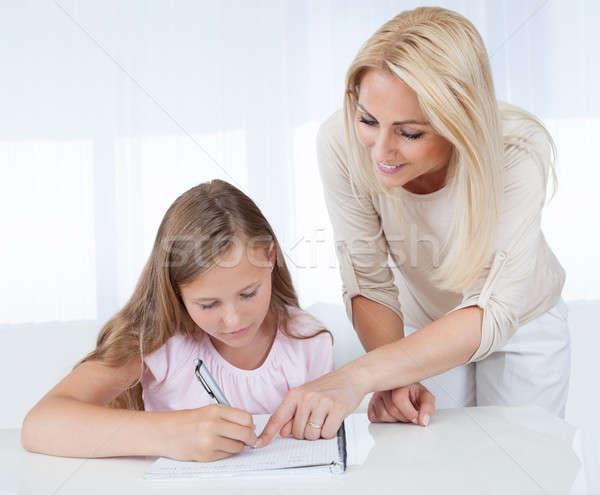 Moeder helpen dochter huiswerk home familie Stockfoto © AndreyPopov
