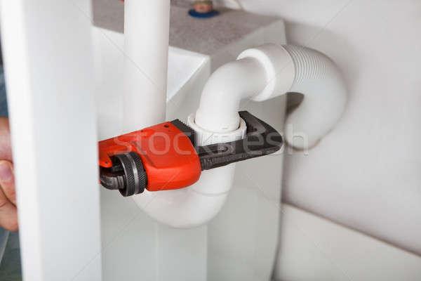 Vízvezetékszerelő megjavít mosdókagyló konyha közelkép franciakulcs Stock fotó © AndreyPopov