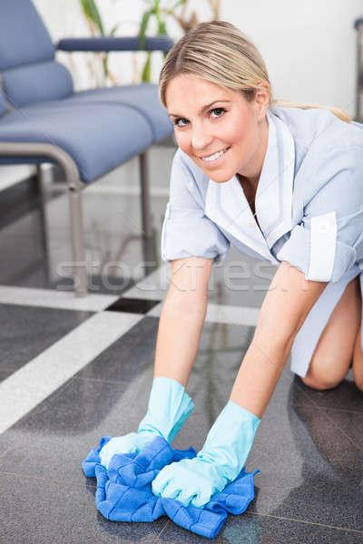 Jóvenes mucama limpieza piso feliz tela Foto stock © AndreyPopov