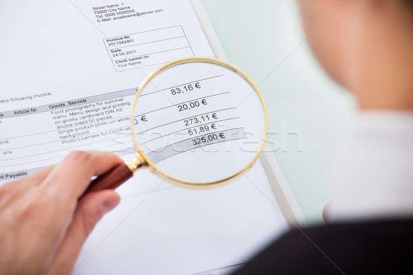 Foto d'archivio: Imprenditore · documento · guardando · lente · di · ingrandimento · business · ufficio