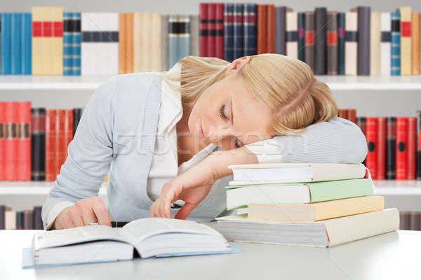Kobiet student snem biblioteki zmęczony książek Zdjęcia stock © AndreyPopov