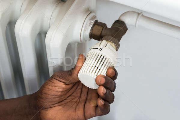 Persona manos termostato radiador primer plano válvula Foto stock © AndreyPopov