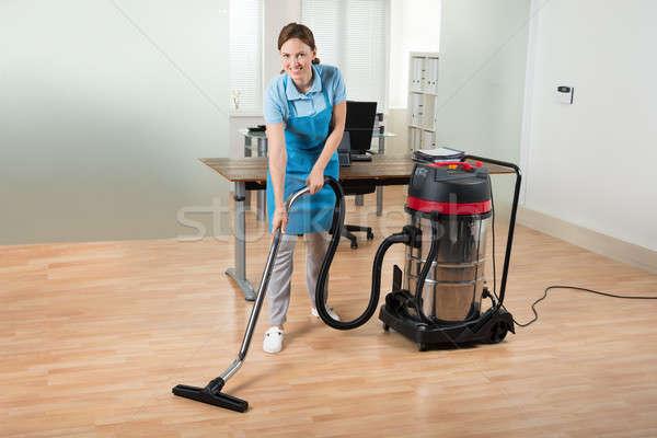 Işçi temizlik zemin elektrikli süpürge mutlu kadın Stok fotoğraf © AndreyPopov