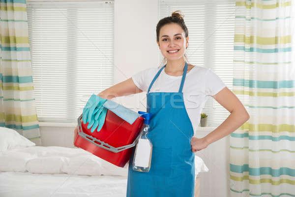 Vrouwelijke huishoudster schoonmaken uitrusting portret gelukkig Stockfoto © AndreyPopov