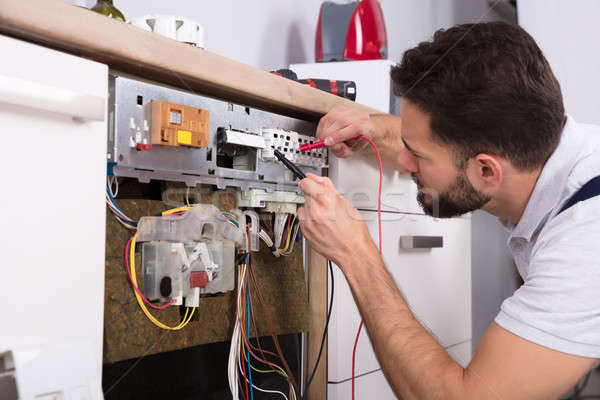 Erkek teknisyen bulaşık makinesi dijital ev Stok fotoğraf © AndreyPopov
