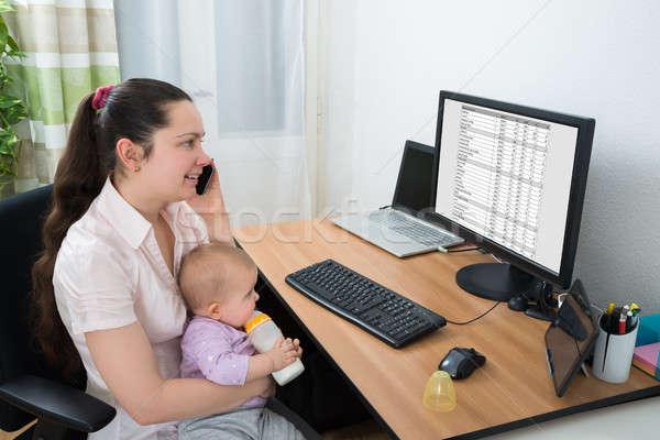 Nő baba beszél mobiltelefon néz képernyő Stock fotó © AndreyPopov