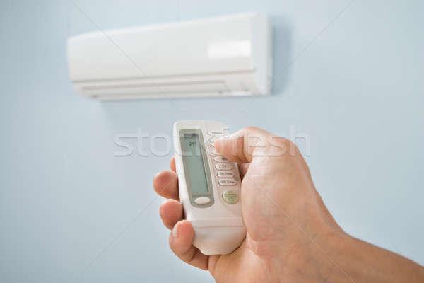 Homem temperatura ar condicionado casa mão casa Foto stock © AndreyPopov