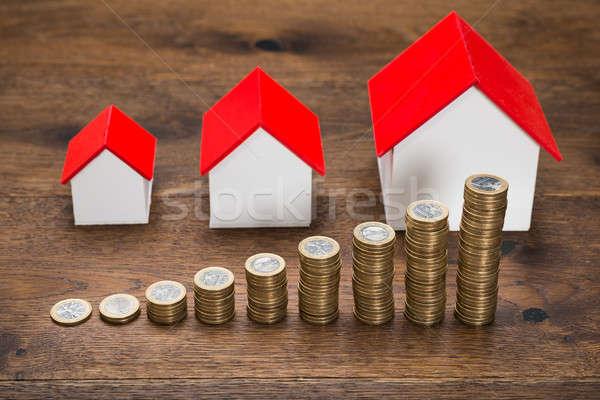 Verschillend maat huizen munten houten tafel Stockfoto © AndreyPopov