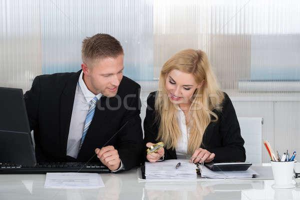 商界人士 文書 辦公桌 辦公室 年輕 商人 商業照片 © AndreyPopov