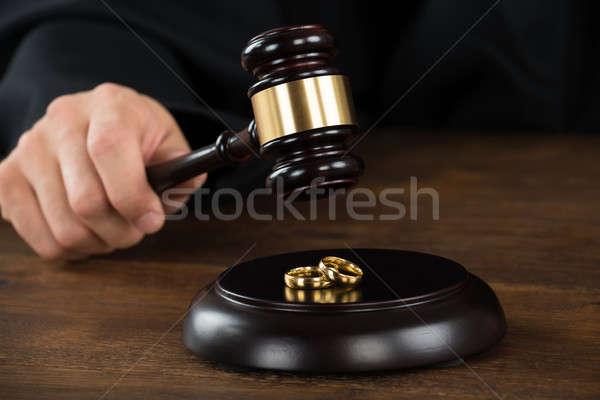 Echtscheiding rechter hamer gouden ringen bureau Stockfoto © AndreyPopov