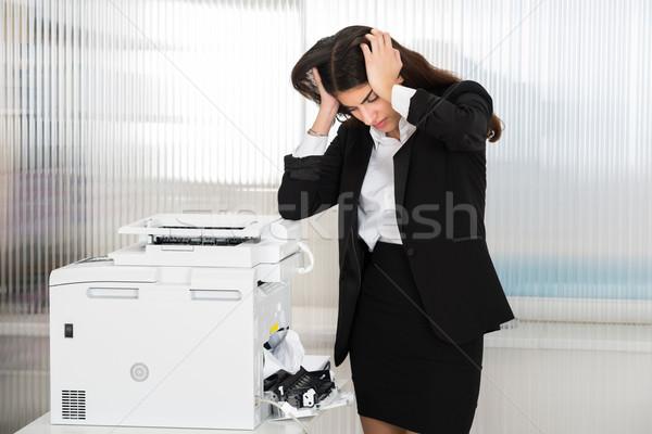 Kobieta interesu patrząc papieru drukarki Zdjęcia stock © AndreyPopov