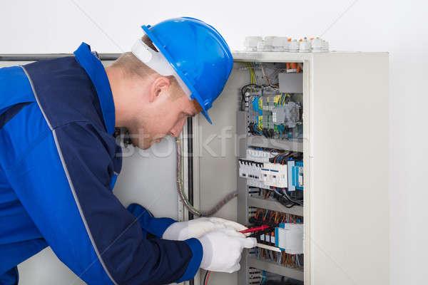 Mannelijke technicus onderzoeken digitale isolatie weerstand Stockfoto © AndreyPopov