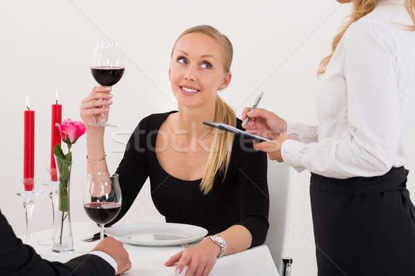 ストックフォト: ウエートレス · 注文 · カップル · 赤ワイン