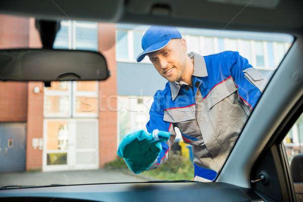 Homem limpeza carro janela pano sorridente Foto stock © AndreyPopov