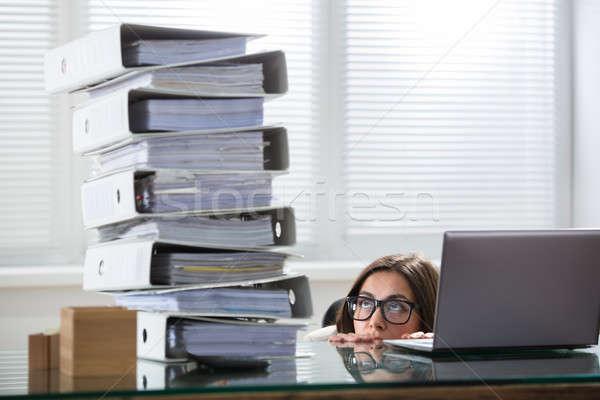 Femme d'affaires dossiers bureau jeunes curiosité Photo stock © AndreyPopov