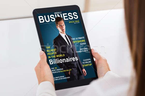 üzletember néz üzlet magazin digitális tabletta Stock fotó © AndreyPopov