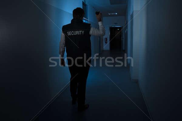 Foto stock: Guardia · de · seguridad · pie · corredor · edificio · pared