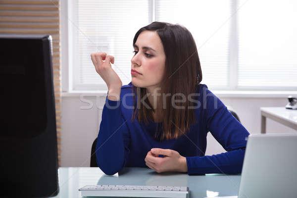 Geschäftsfrau schauen Fingernagel jungen Sitzung Stuhl Stock foto © AndreyPopov