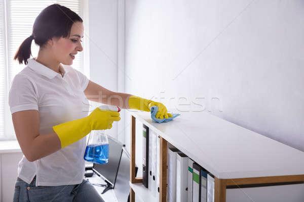 Woźny czyszczenia półka szmata widok z boku szczęśliwy Zdjęcia stock © AndreyPopov