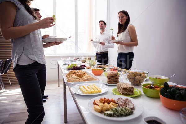 Młodych ludzi jedzenie żywności strony świeże jedzenie Zdjęcia stock © AndreyPopov