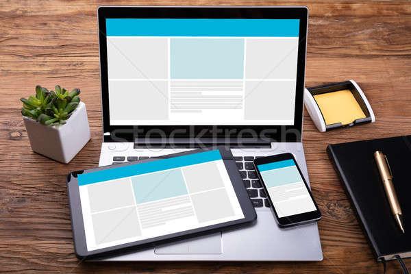 Elektronikus eszközök képernyő fából készült asztal napló Stock fotó © AndreyPopov