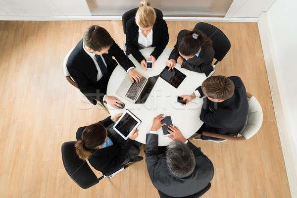 Gens d'affaires différent électronique appareil groupe ordinateurs Photo stock © AndreyPopov