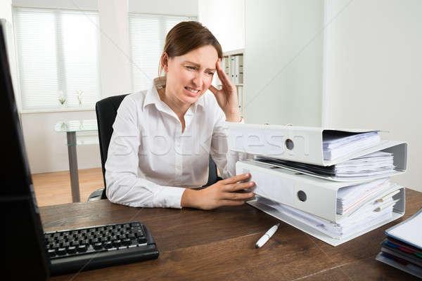 Photo stock: Jeunes · femme · d'affaires · regarder · dossiers