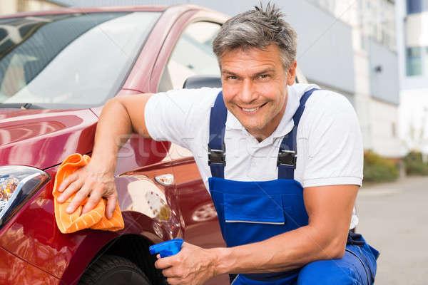 Masculino trabalhador limpeza vermelho carro maduro Foto stock © AndreyPopov