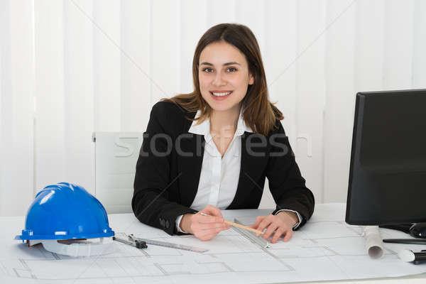 Vrouwelijke architect tekening blauwdruk jonge gelukkig Stockfoto © AndreyPopov