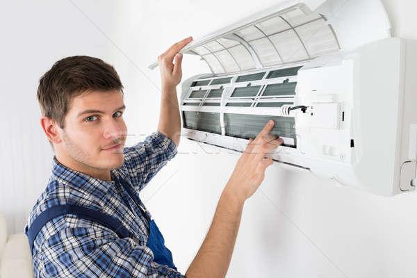 男性 技術者 空調装置 小さな ホーム ストックフォト © AndreyPopov