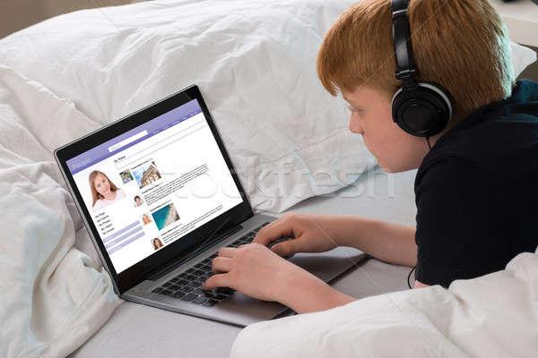 мальчика социальной сетей используя ноутбук Сток-фото © AndreyPopov
