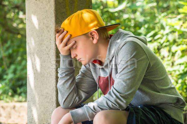 Сток-фото: расстраивать · мальчика · сидят · парка · стороны · голову