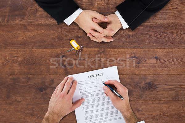 üzletember tömés szerződés űrlap magasról fotózva kilátás Stock fotó © AndreyPopov