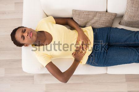 Foto stock: Infeliz · mulher · sofrimento · dor · de · estômago · jovem · sofá