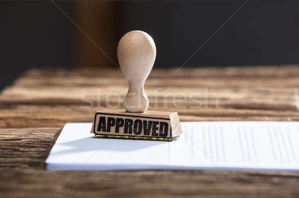 Approvato timbro documento primo piano legno ufficio Foto d'archivio © AndreyPopov