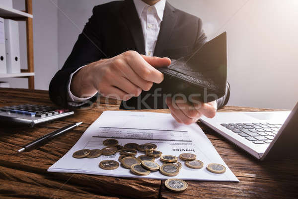Hand portemonnee munten Bill houten bureau Stockfoto © AndreyPopov