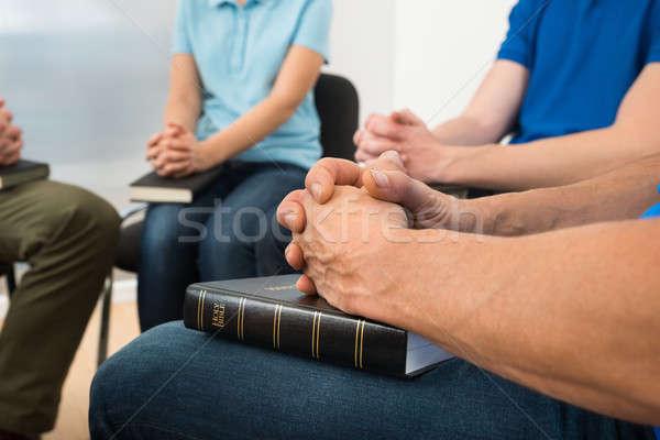 Mensen bidden heilig bijbel vrouw Stockfoto © AndreyPopov