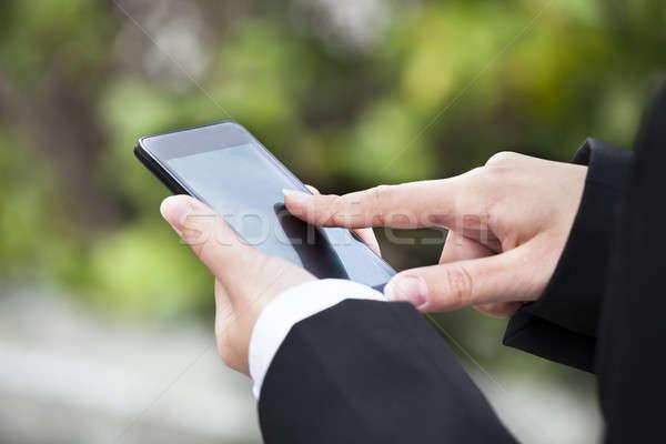 üzletasszony sms üzenetküldés okostelefon kint kép üzlet Stock fotó © AndreyPopov