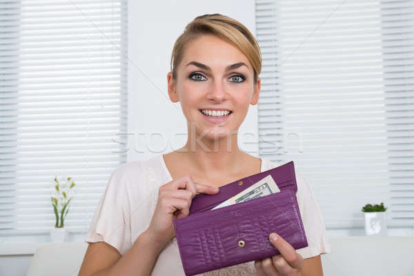 Gelukkig vrouw tonen geld portemonnee portret Stockfoto © AndreyPopov