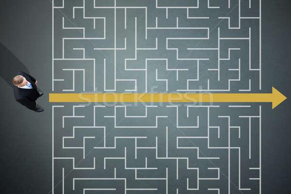 Foto stock: Empresário · em · pé · amarelo · seta · labirinto