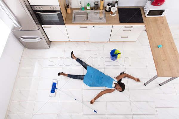 Inconsciente ama de casa cocina piso África cubo Foto stock © AndreyPopov