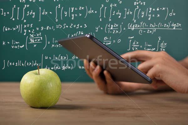 Studenten hand digitale tablet groene Stockfoto © AndreyPopov